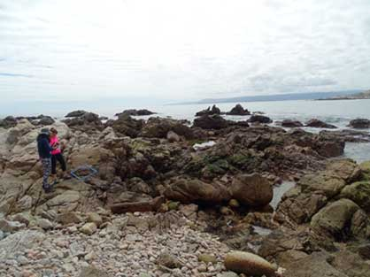 Gelissa Araya y Débora Schiapacasse en monitoreo marino.